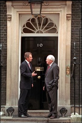Tony Blair and Dick Cheney at the door of 10 Downing Street.